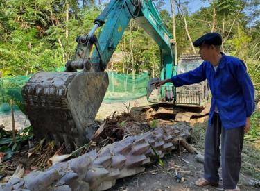 An ethnic minority household donates garden land to build road