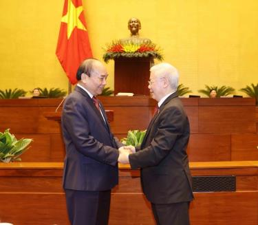 Party General Secretary Nguyen Phu Trong (right) and newly-elected State President Nguyen Xuan Phuc.