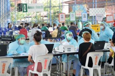 Người dân đăng ký tiêm vaccine ngừa COVID-19 tại Bangkok, Thái Lan