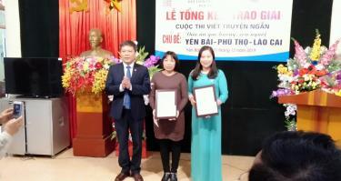 Tác giả Hoàng Kim Yến (bìa phải) nhận giải tại cuộc thi truyện ngắn ba tỉnh Yên Bái - Phú Thọ - Lào Cai năm 2019.