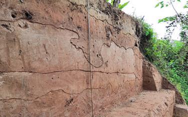 Dấu vết địa tầng được phát hiện sau thám sát thăm dò khai quật tại thôn Đồng Gianh, xã Đào Thịnh, huyện Trấn Yên.