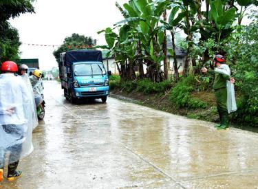 Công an xã Minh Xuân tham gia điều tiết giao thông