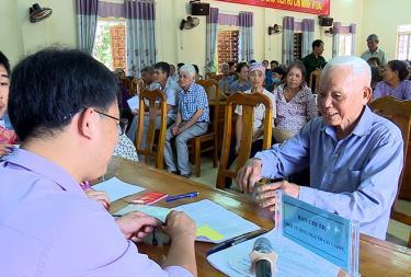 Xã Báo Đáp, huyện Trấn Yên chi trả đầy đủ, kịp thời tiền hỗ trợ của Chính phủ đến tận tay các đối tượng. (Ảnh: Đức Toàn)