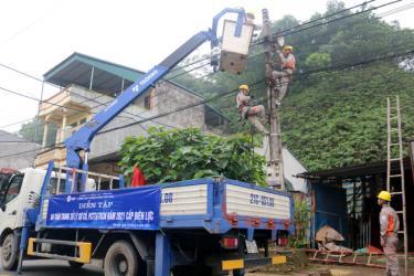 Cán bộ, công nhân viên Điện lực thành phố Yên Bái diễn tập thực hành xử lý, khắc phục sự cố về điện do mưa bão gây ra.