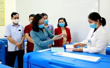 Thạc sỹ, bác sỹ Lê Thị Hồng Vân - Giám đốc Sở Y tế tỉnh Yên Bái kiểm tra  tiếp nhận vắc xin AstraZeneca phòng COVID-19 tại Trung tâm Kiểm soát  bệnh tật tỉnh Yên Bái
