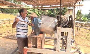 Nông dân xã Giới Phiên chế biến miến dong.