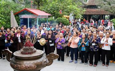 Người dân đất Việt thành kính tri ân công đức các Vua Hùng.