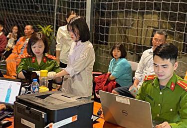 Cán bộ Công an tỉnh làm thẻ căn cước cho công dân phường Yên Thịnh, thành phố Yên Bái.