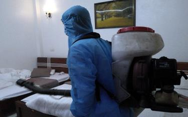 Cán bộ Trung tâm Kiểm soát bệnh tật tỉnh tiến hành phun thanh khiết môi trường tại Khách sạn Như Nguyệt 2, thành phố Yên Bái.