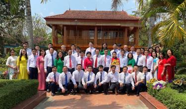 Lãnh đạo Thường trực Đảng ủy Khối cơ quan và Doanh nghiệp cùng các điển hình tập thể, cá nhân tiên tiến trong học tập và làm theo tư tưởng, đạo đức, phong cách Hồ Chí Minh năm 2020 tại Khu tưởng niệm Chủ tịch Hồ Chí Minh, thị xã Nghĩa Lộ.