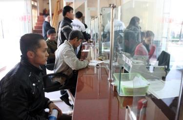 Nhân dân đến Ngân hàng Agribank Chi nhánh Trạm Tấu giao dịch vốn.