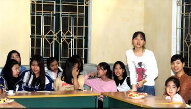 """Một buổi sinh hoạt của """"Câu lạc bộ Em gái"""" phố Yên Ninh, phường Nguyễn Thái Học, thành phố Yên Bái."""