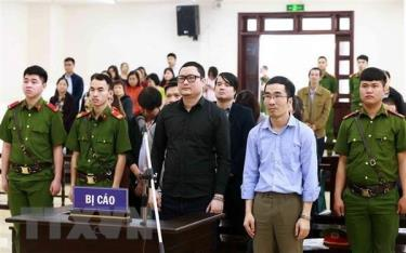 Bị cáo Trần Hữu Tiệp (áo đen) và các bị cáo khác trong vụ án thao túng giá chứng khoán.
