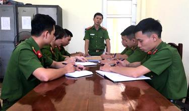 Đội Cảnh sát hình sự, Công an huyện Văn Yên bàn phương án vây bắt tội phạm.
