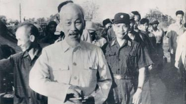 Chỉ tính trong 10 năm xây dựng CNXH ở Miền Bắc (1955-1965), Bác Hồ đã đi thăm trên 700 địa điểm ở các địa phương, nông trường, xí nghiệp, đơn vị bộ đội…