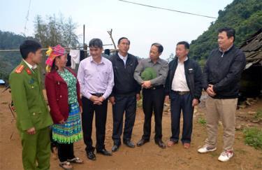 Lãnh đạo huyện Văn Chấn trao đổi với cán bộ và người dân thôn Làng Mảnh, xã Sùng Đô về phát triển kinh tế - xã hội địa phương.
