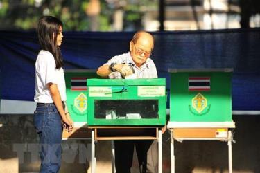 Cử tri bỏ phiếu tại một điểm bầu cử ở Bangkok, Thái Lan, ngày 24/3/2019.