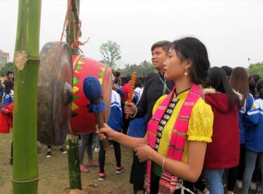 """Nam, nữ thanh niên người Thái Nghĩa Lộ - Mường Lò vui """"Hảng cống"""" trong lễ hội ngày xuân."""