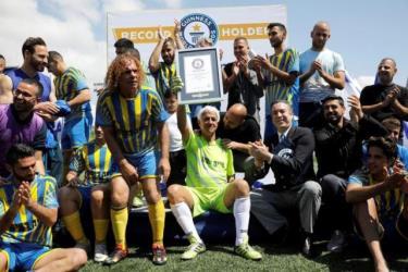 Ông Isaak Hayik chính thức được công nhận kỷ lục cầu thủ nhiều tuổi nhất thế giới vẫn còn thi đấu chuyên nghiệp vào ngày 5-4-2019.