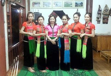 Chị Hoàng Thị Dược (thứ 3, trái sang) là người mạnh dạn đầu tư khôi phục lại khu du lịch làng nghề xã Nghĩa An.