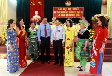 Lãnh đạo Ủy ban MTTQ tỉnh trao đổi với lãnh đạo huyện, Ủy ban MTTQ huyện và các đại biểu dự Đại hội Đại biểu MTTQ huyện Trạm Tấu lần thứ XV, nhiệm kỳ 2019 - 2024.