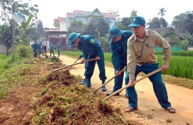 Dân quân xã Trúc Lâu, huyện Lục Yên tu sửa đường giao thông nông thôn.
