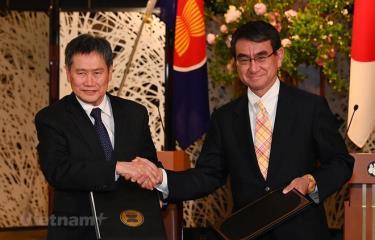 Tổng thư ký ASEAN Lim Jock Hoi và Bộ trưởng Bộ Ngoại giao Nhật Bản Taro Kono tại lễ ký kết.
