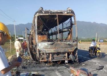 Hiện trường ô tô giường nằm bốc cháy trơ khung trên quốc lộ 1A