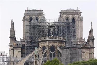 Nhà thờ Đức Bà Paris bị phá hủy một phần sau vụ hỏa hoạn.