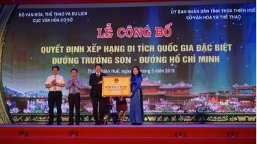 Thứ trưởng Trịnh Thị Thủy trao bằng xếp hạng Di tích cấp quốc gia đặc biệt Đường Trường Sơn cho UBND tỉnh Thừa Thiên Huế.