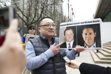 Trung Quốc chính thức bắt giữ hai công dân Canada.