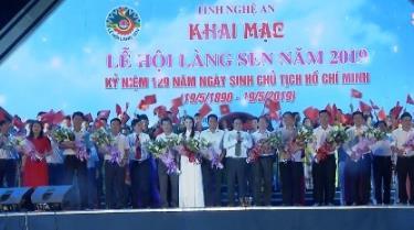 Lãnh đạo tỉnh Nghệ An tặng hoa các Đoàn tham gia.
