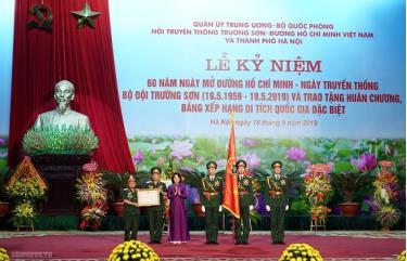 Phó Chủ tịch nước Đặng Thị Ngọc Thịnh trao Quyết định và gắn Huân chương Lao động Hạng Nhì cho Hội truyền thống Trường Sơn - đường Hồ Chí Minh Việt Nam.