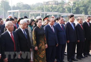 Đoàn đại biểu lãnh đạo, nguyên lãnh đạo Đảng, Nhà nước và MTTQ Việt Nam đến đặt vòng hoa và vào Lăng viếng Chủ tịch Hồ Chí Minh.