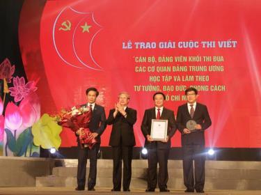 Đồng chí Trần Quốc Vượng trao Giải đặc biệt cho tập thể Học viện Chính trị quốc gia Hồ Chí Minh.