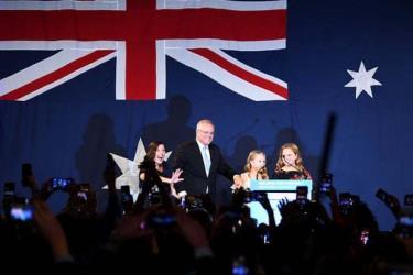 Ông Scott Morrison cùng vợ và con gái lên sân khấu ăn mừng chiến thắng.