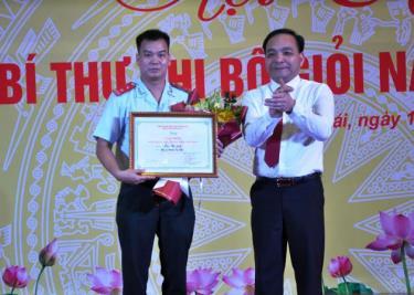 Ban Tổ chức trao giải Nhất cho thí sinh Lưu Bá Tỉnh- Chi bộ Thanh Tra tỉnh.