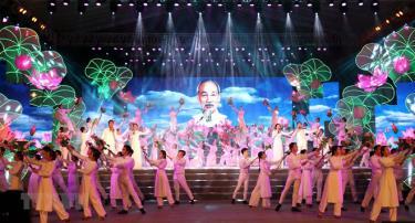 """Tiết mục văn nghệ """"Hồ Chí Minh đẹp nhất tên Người"""" kỷ niệm Ngày sinh Chủ tịch Hồ Chí Minh (19/5) và Ngày Bác Hồ ra đi tìm đường cứu nước (5/6)."""