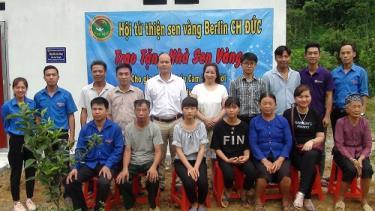 Các đại biểu tại lễ khánh thành nhà nhân ái