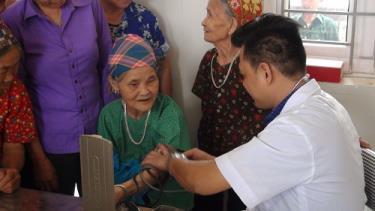 Các bác sĩ khám, chữa bệnh miễn phí cho nhân dân địa phương.