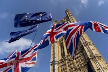 Cờ Anh (phía dưới) và cờ EU (phía trên) bên ngoài tòa nhà Quốc hội Anh ở London.
