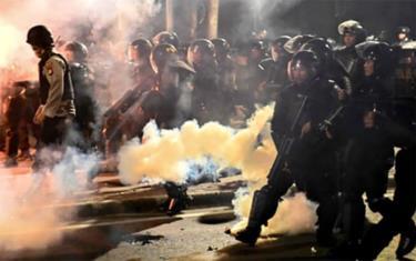 Cảnh sát Indonesia dùng hơi cay trấn áp người biểu tình ở thủ đô Jakarta đêm 22/5.