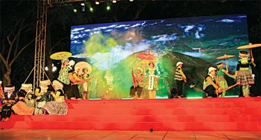 """Một tiết mục của các nghệ nhân và diễn viên quần chúng huyện Trạm Tấu trong khuôn khổ sự kiện """"Giới thiệu sắc màu văn hóa dân tộc Mông Yên Bái"""" tại Hà Nội."""