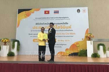 Hiệu trưởng Đại học Lampang Rajabhat, ông Somkiat Saithanoo, tặng sách cho đại diện Bộ Ngoại giao Thái Lan.