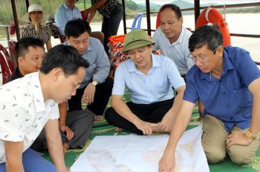 Đồng chí Nguyễn Văn Lịch -  Trưởng ban Nội chính Tỉnh ủy và đoàn công tác kiểm tra, khảo sát các mô hình nuôi cá lồng trên mặt nước ven hồ Thác Bà, ven sông Chảy trên địa bàn huyện Lục Yên.