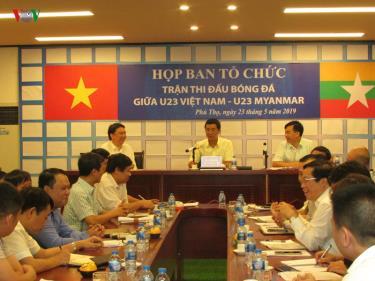 Lãnh đạo Sở Văn hóa - Thể thao và Du lịch báo cáo tiến độ thi công các hạng mục sửa chữa, nâng cấp sân vận động Việt Trì.