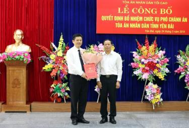 Đồng chí  Nguyễn Trí Tuệ - Ủy viên Ban Cán sự Đảng, Phó Chánh án TAND Tối cao trao quyết định bổ nhiệm Phó Chánh án TAND tỉnh Yên Bái cho đồng chí Lê Thái Hưng.