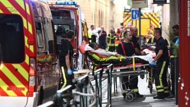 Nhân viên cứu hộ đưa nạn nhân vụ nổ lên xe cứu thương ở Lyon.