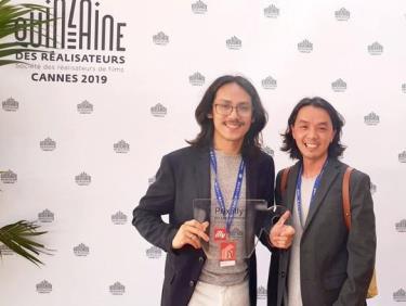 Phạm Thiên Ân (trái) hạnh phúc khoe giải thưởng