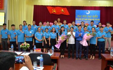 Lãnh đạo thành phố và Hội LHTN tỉnh tặng hoa Ban Chấp hành Hội LHTN Việt Nam thành phố Yên Bái khóa V nhiệm kỳ 2019 - 2024.